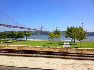 the 25th april bridge sangat menawan