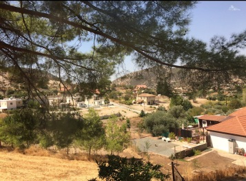 rumah desa di perbukitan